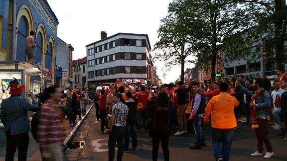 Galatasaray'ın Şampiyonluğu Taraftarları Gent Şehrinde Sokağa Döktü ( Görüntülü )