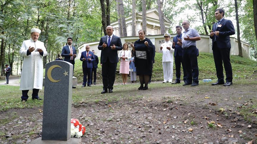 Çavuşoğlu'ndan Litvanya'da Türk şehitliğine ziyaret