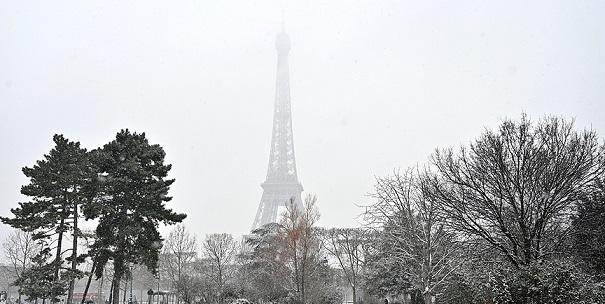 Eyfel Kulesi kar yağışı nedeniyle ziyaretçilere kapatıldı