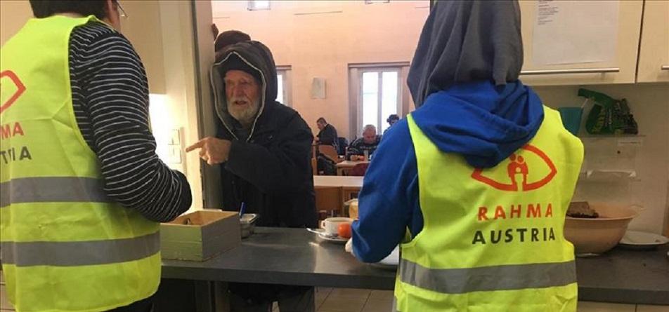 Müslümanlardan evsizlere sıcak yemek