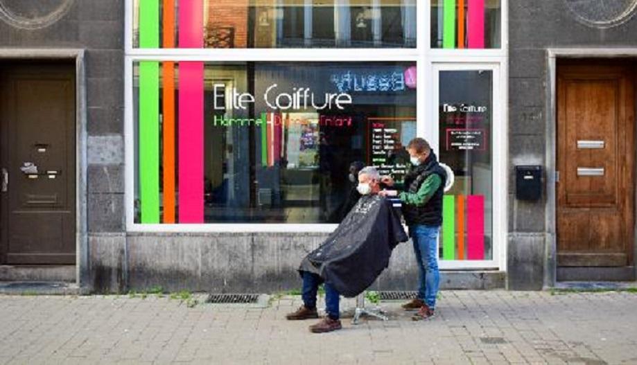 Belçika'da korona tedbirleri nedeniyle kapatılan kuaförler şehrin sokaklarına dükkan açtı.